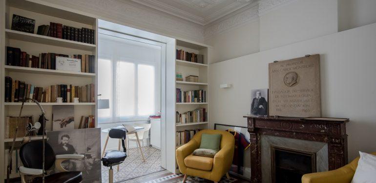 Transformación de un piso modernista del Eixample barcelonés en una clínica dental